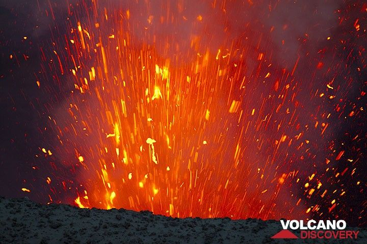 Glowing lava bombs flying out of the crater (Photo: Tom Pfeiffer)