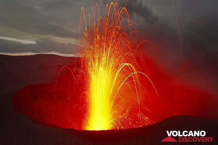Eruption strombolienne au Yasur au soir. (Photo: Tom Pfeiffer)