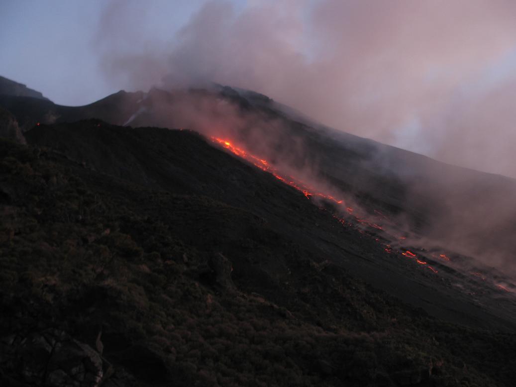 http://images.volcanodiscovery.com/uploads/pics/IMG_0089a.jpg