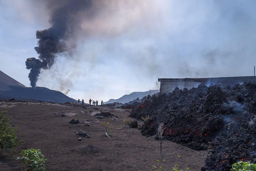 http://images.volcanodiscovery.com/uploads/pics/advancing_lava_flow_with_crater_behind.jpg