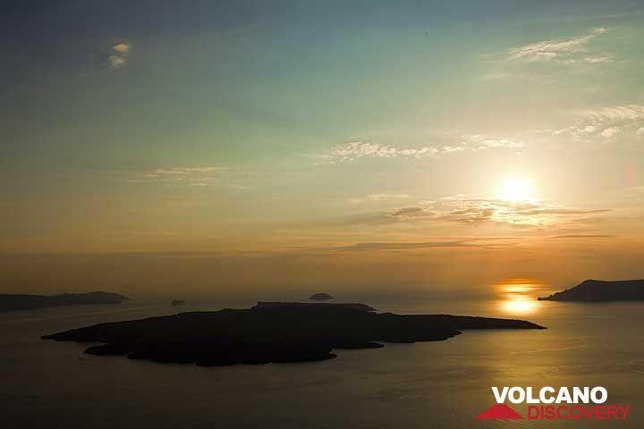 View over Nea Kameni island, Santorini at sunset (Photo: Tom Pfeiffer)