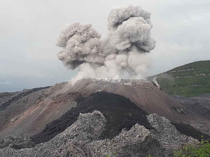 Eruption of Ibu volcano and the new lava flow seen yesterday (image: Andi Rosadi / VolcanoDiscovery Indonesia)