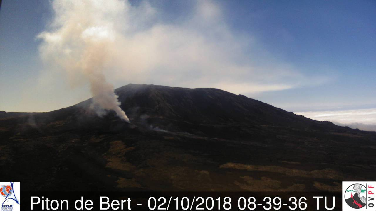 VIew of the eruption of Piton de la Fournaise today (OVPF webcam)