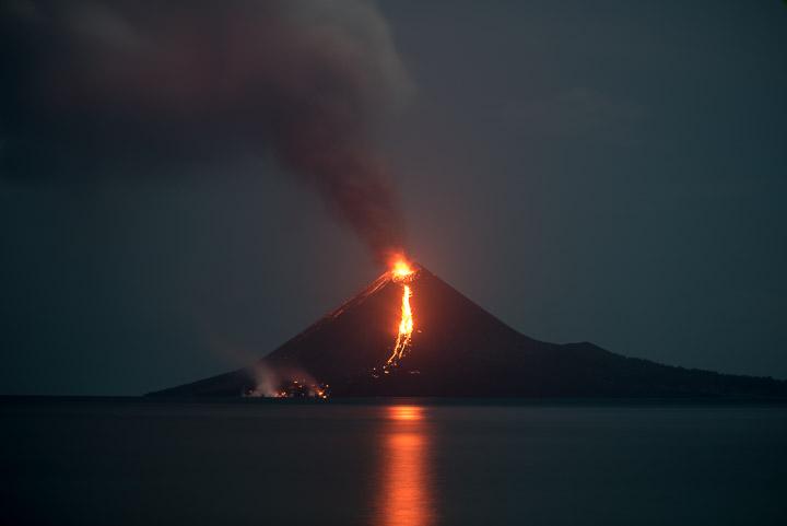 New lava flow on the southern flank of Anak Krakatau on 19 Nov evening (image: Tom Pfeiffer / VolcanoDiscovery)