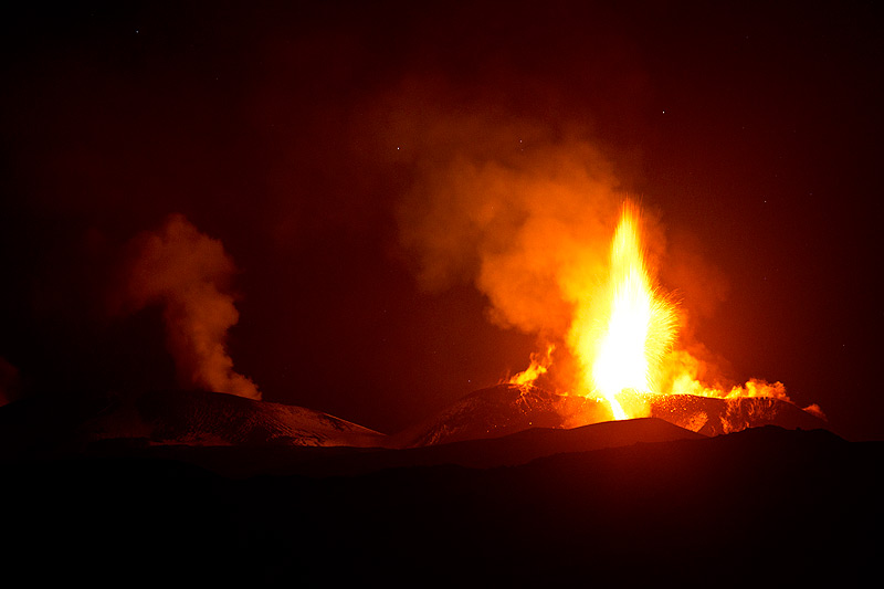Strmbolian activity and lava flow from Etna's SE crater Photo: Emanuela / VolcanoDiscovery Italia)