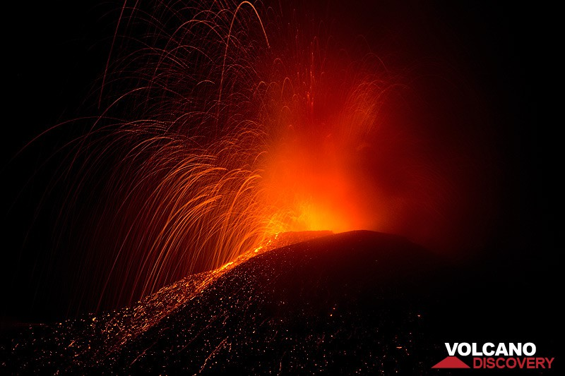 Powerful explosion at Etna New SE crater on 11 Aug 2014 (Photo: Emanuela / VolcanoDiscovery Italia)