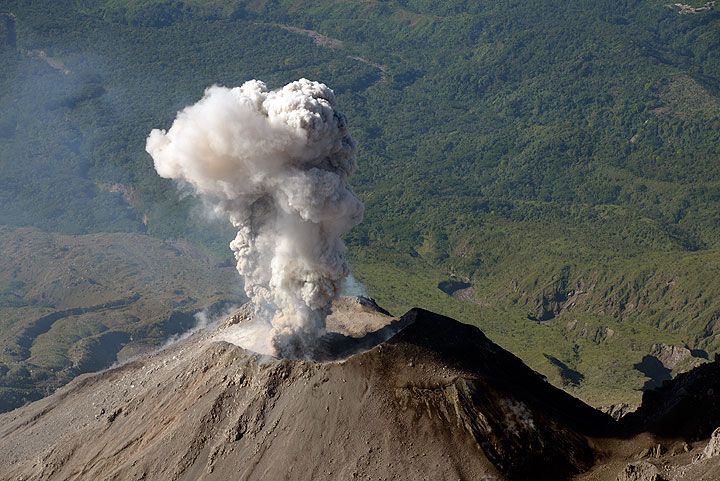 Small explosion at Santiaguito on the morning of 28 Dec 2015