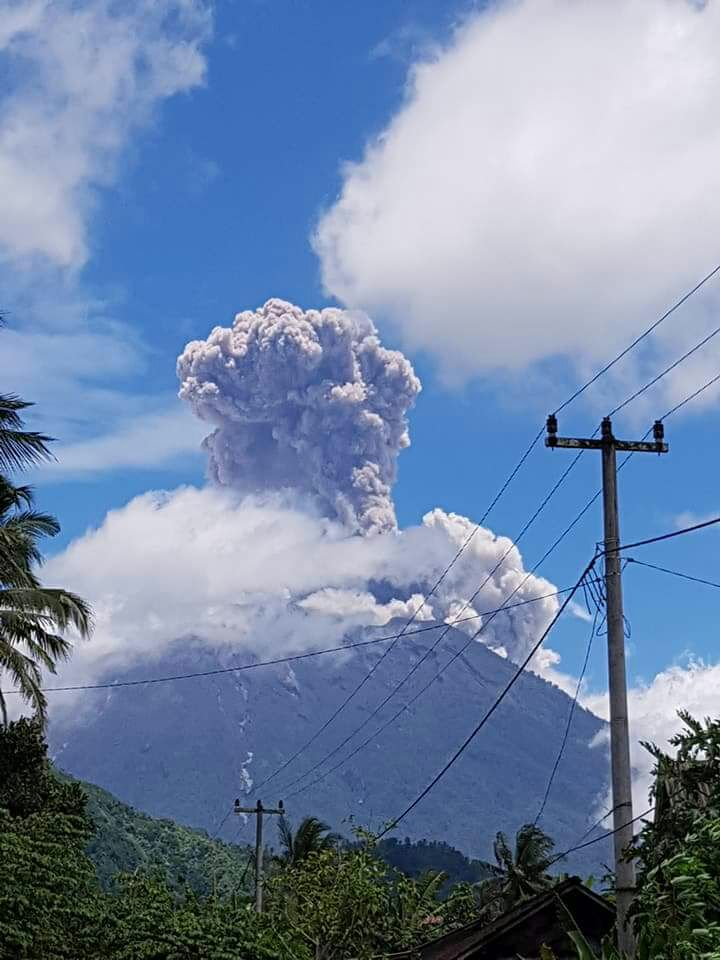 This morning's explosion at Agung (image: MAGMA Indonesia, @id_magma / twitter)