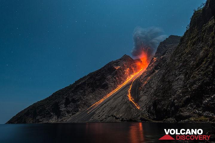 Eruption at Batu Tara at night