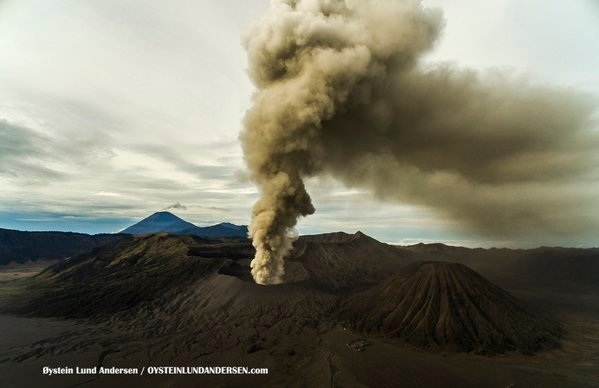 Ash emissions from Bromo on 15 Dec 2015 (photo: Oystein L. Andersen @OysteinLAnderse / twitter)