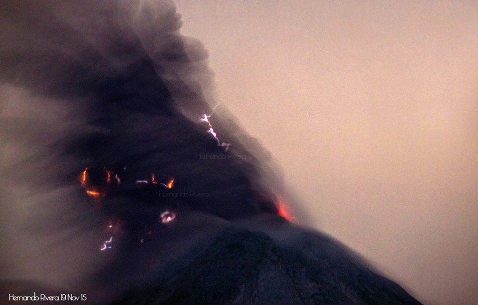 Eruption from Colima last night (photo: Hernando Rivera / facebook)