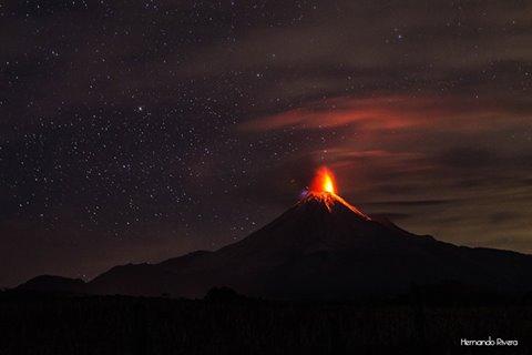 Vulcanian explosion at Colima yesterday night (photo: Hernando Rivera / facebook)