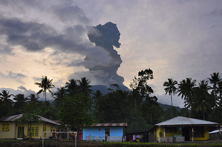 Powerful vulcanian explosion at Gamalana volcano (12 Dec, photo: Andi / VolcanoDiscovery Indonesia)
