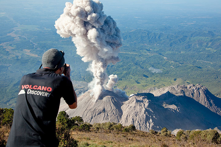 Viewing an eruption at Santiaguito volcano