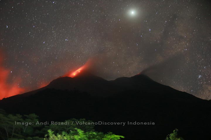 Glow form the active lava flow from Karangetang's northern crater (l) (image: Andi Rosadi / VolcanoDiscovery Indonesia)