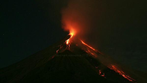 Karangetang in eruption last week (photo: Kamil Syahbana / twitter)