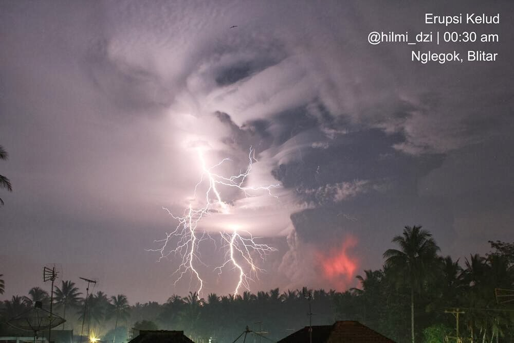 The eruption of Kelut last night (image: pic.twitter.com/ypy7kx9615 / @hilmi_dzi)