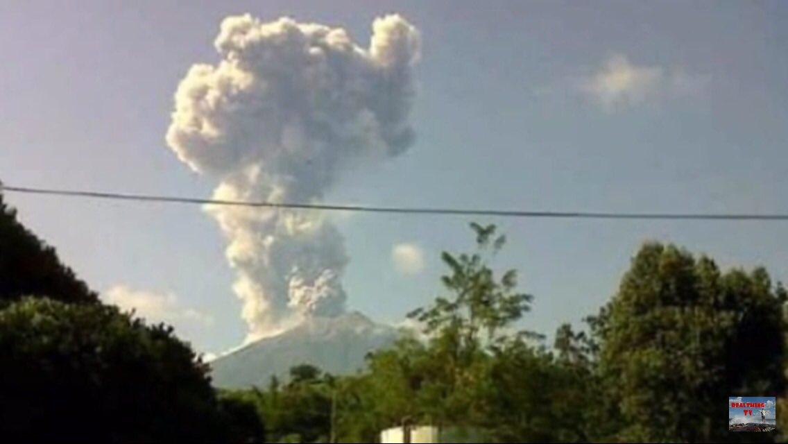 Eruption at Kerinci on 28 Sep 2018 (image: Real Thing TV / https://youtu.be/ec-leRRfaZo / YouTube / Twitter)