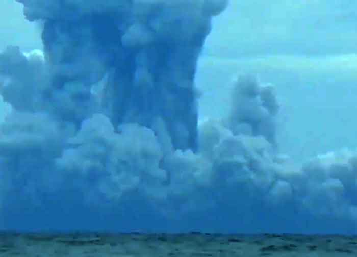 Surtseyan explosion at Anak Krakatau yesterday (image: Doni Janskulo)