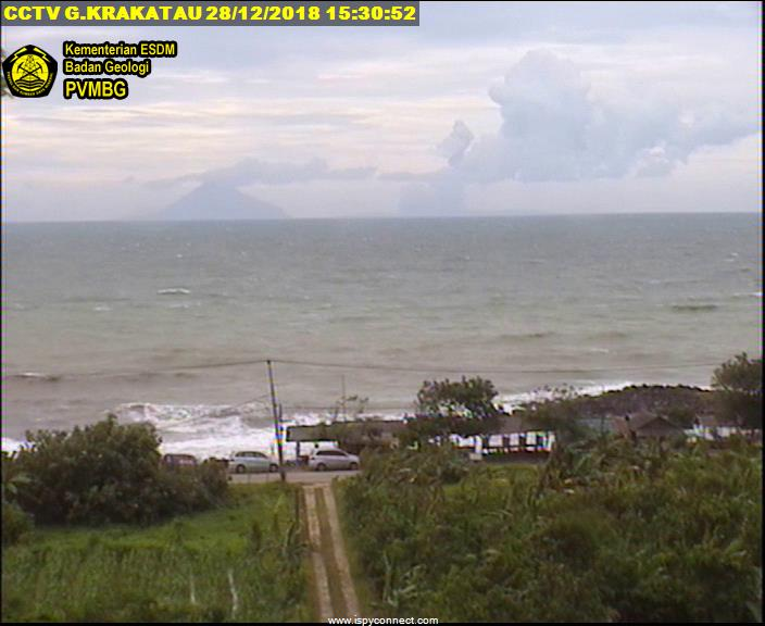 Krakatoa yesterday seen from the coast - Anak Krakatau is no longer visible, only small ash and steam billowing after Sertung (Picture: VSI webcam) &quot;width =&quot; 400 &quot;height =&quot; 327 [19659038] Krakatoa Yesterday seen from the coast - Anak Krakatau is no longer visible, only small streams of ash and steam rise behind Sertung (Image: VSI webcam) </p><div><script async src=