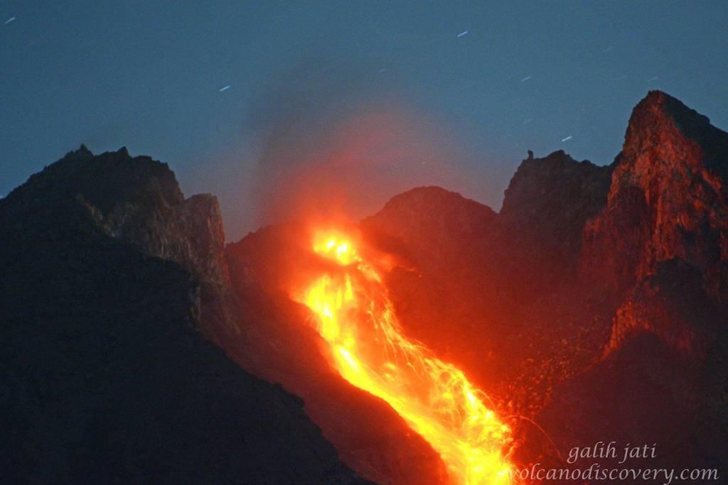 Glowing rockfalls from Merapi seen last night (image: Galih Jati / VolcanoDiscovery)