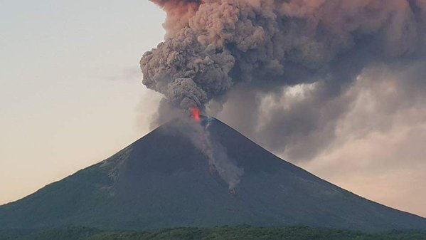 Lava fountains and ash plume from Momotombo volcano this morning (image: Canal6Nicaragua)