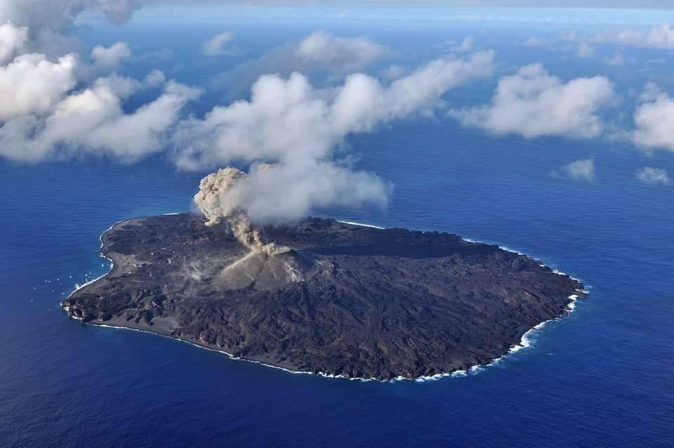 Explosion from Nishinoshima's active main vent on 17 Nov (Japan Coast Guard)