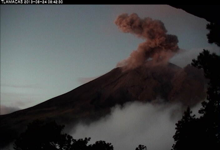 Emission of ash and steam from Popocatépetl yesterday morning