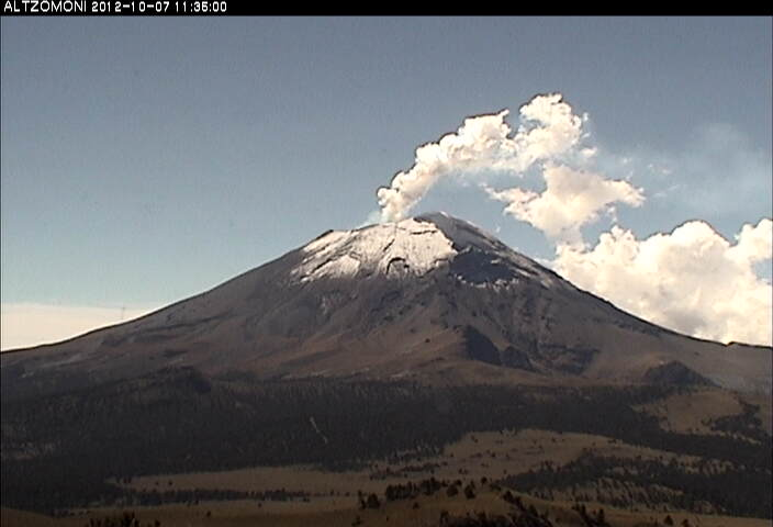 Steam emission from Popocatépetl this morning