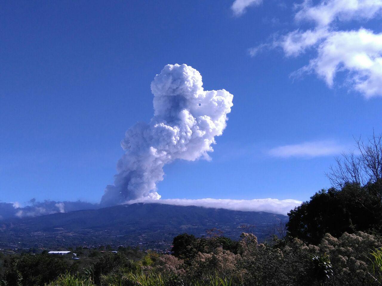 Explosion from Poás 14 April morning (image: Carlos Arguedas C. / La Nacion)