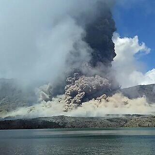 Rinjani's vulcanian eruption yesterday (image: Rindi Rmaniar / Instagram)