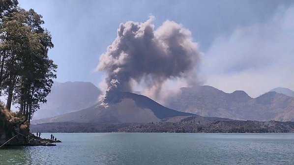 Alleged image from this morning's eruption (?), by  INFO RINJANI @InfoRinjani / Twitter
