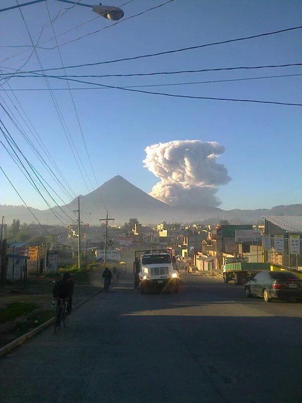 Explosion from Santiaguito this morning (image: Sismos en Guatemala @SismosGuate / twitter)