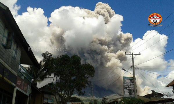 Pyroclastic flow from SInabung around noon today (image: Beidar Sinabung @BeidarSinabung / twitter)