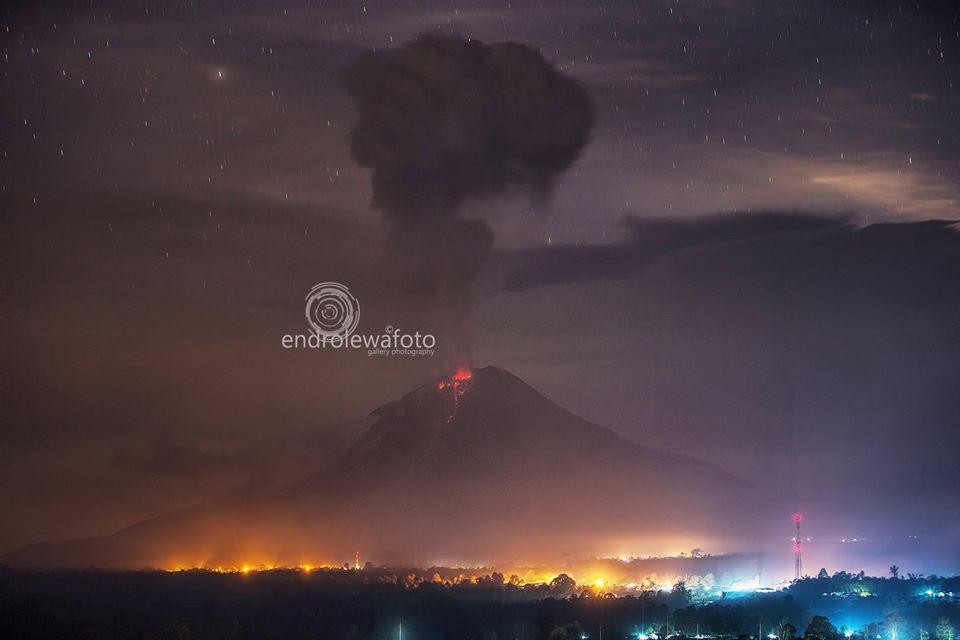 Explosion at Sinabung volcano this morning (image: Endro Lewa / facebook)