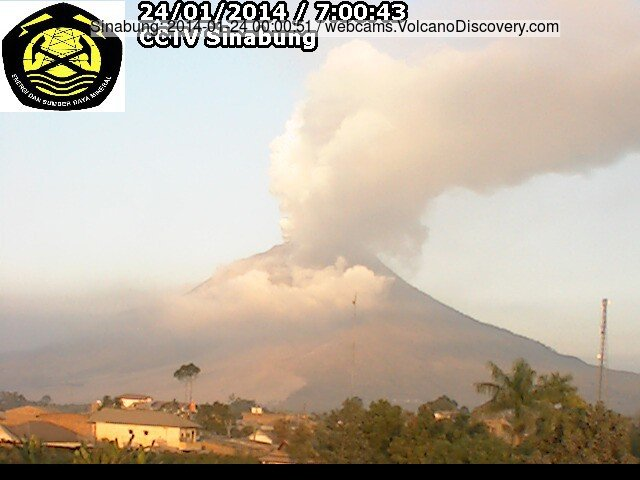 Steam / ash plume rising fro Sinabung this morning