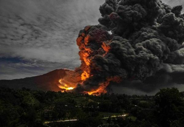 Large pyroclastic flow on Sinabung on 9 Oct 2014 (source: Volcano Alert @infoVolcano / Twitter)
