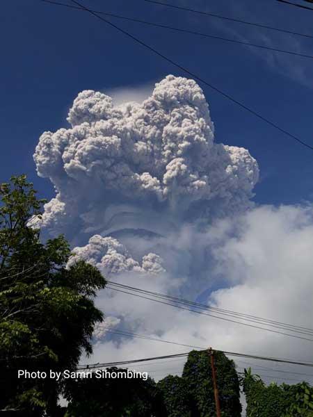 Eruption of Sinabung this morning (image: Samri Sihombing / VolcanoDiscovery)