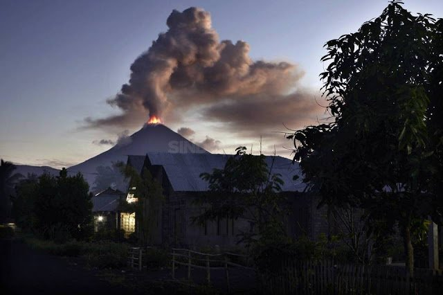Lava fountaining at Soputan volcano on 5 Jan 2016 (image: Sindonews)