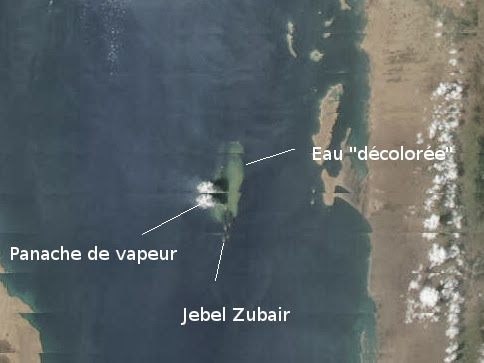 Steam plume and discolored water around the new submarine eruption site (NASA / Terra satellite image 28 Sep, annotated by Blog Culture Volcan)
